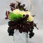 Le rotin peut s'utiliser à toutes les saisons, avec les fleurs de printemps ou les pivoines.