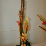 Le feu : arums et branches de polygonums.