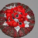 Posée sur un récipient contenant de la mousse florale la couronne sert de décor au bouquet.