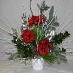Bouquet de fête avec des végétaux de saison, construit avec les branches blanches.