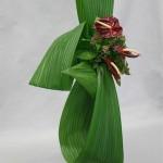Trois feuilles, trois anthuriums et une petite masse de laurier-tin.