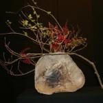 Les rameaux de la branche,posée sur un vase en raku, semblent se balancer au vent d'hiver.