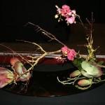 Moribana incliné : ce style d'arrangement a un caractère universel qui permet de mettre en valeur n'importe quelle fleur ou plante.