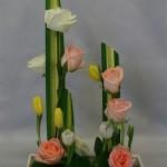 La composition peut être construite, au choix, sur pique-fleurs ou mousse.