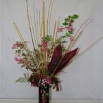 Branches fleuries de groseillers à fleurs et cornouiller pour un bouquet de végétaux de jardin.