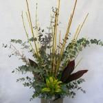 Branches,feuillage d'Eucalpytus, grandes feuilles de cordyline rouge,  composent un bouquet sans fleurs.