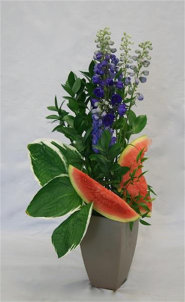 Dans un vase stable, on peut placer de plus gros morceaux de pastèque piqués sur 2 ou 3 brochettes.