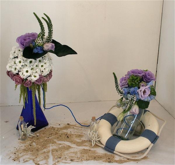 Déclinées sur le thème de la mer, le duo de bouteilles est décoré de bouquets ronds.