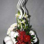 Masses de boules et oeillets blancs dans une coupe ronde, ornithogalles et bougies spirales.