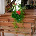 Mariage en blanc et rouge : palmes, delphiniums et germinis rouges.
