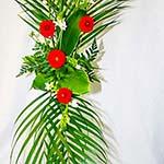 Dahlias et ornithogalles sur un très haut vase en verre.