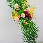 Bouquet automnal avec grappe de raisin et dahlias.