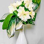 Un jeu de feuilles dont certaines ont été peintes, accompagne les amaryllis.