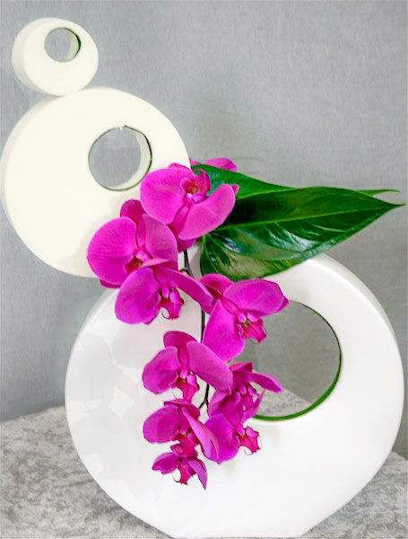 Vase et tarte de mousse déco blanche forment une originale sculpture .