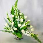 De fines tiges d'asparagus Meyeri dessinent la silhouette de ce bouquet de fête en vert et blanc.