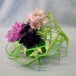 Le vase est absorbé par le jeu de rotin et les bouquets de pois de senteur.