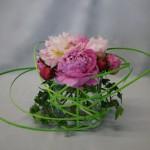 Un petit contenant en verre sert de support à ce bouquet.
