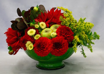 Un contenant sur pied met en valeur l'ensemble des végétaux.