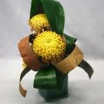 Les larges rubans d'écorces accompagnent les gros chrysanthèmes.