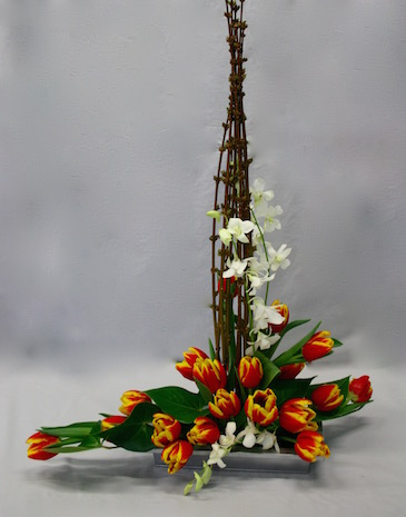 Décor de tulipes, 2 tiges d'orchidées montent le long des  branches .