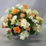 Bouquet de charme dans une coupe sur pied : freesias et roses.