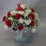 Roses rouges et freesias épanouis saupoudrés de  nuages de gypsophile.