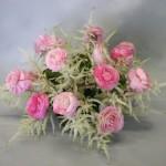 Renoncules  et longues fleurs d'astilbe forment un ensemble diaphane.
