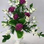 Le blanc des lisianthus et du vase medicis  sont animés par le rouge des gros oeillets de poète.