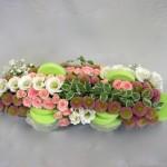 Petites roses et petits chrysanthèmes forment des lignes irrégulières.