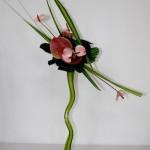 Le superbe vase haut apporte tout l'élan de cette composition.