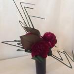 Les angulations de prêles donnent de l'ampleur au bouquet de pivoines.