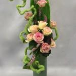 Le serpentin de laine accompagne roses panachées et graciles véroniques.