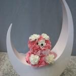 Pompons d'oeillets roses et blancs forment une peluche de fleurs.