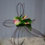Les cornus travaillés en grand pétales entourent les fleurs.