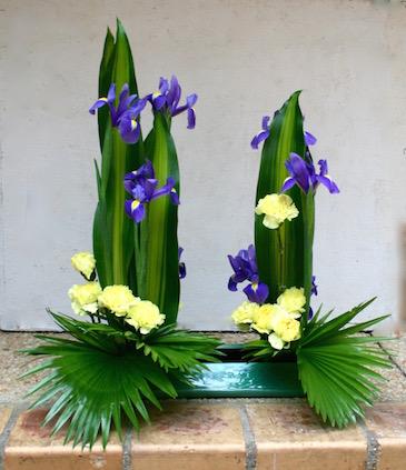 Iris et oeillets  composent une harmonie en bleu et jaune .