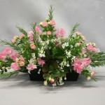 Pois de senteur et roses branchues expriment l'opulence florale des jardins du mois de  juin.