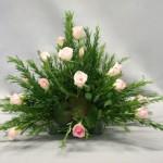 Le feuillage de romarin s'harmonise avec une grande variété de fleurs, ici de petites roses.
