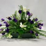 Le choix des lisianthus mauves rappelle tout à fait la gamme de couleur des fleurs du romarin.