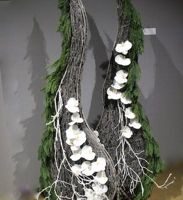 Les grands fagots de branches sont habillés de fleurons  d'orchidées  blanches.
