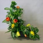 Tulipes et hypericum complètent le feuillage panaché.