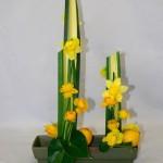 Les lignes verticales de pandanus sont soulignées de citrons et de fleurs jaunes, jonquilles et renoncules.