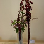 Bouquet cascade composé d'amarantes queue de renard et branches de clématites.