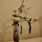 Trois végétaux en harmonie avec le vase,rose, phytolacca  et graminée.