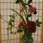 Dans un haut vase ce bouquet qui semble spontané est le fruit de l'expérience.