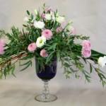 Sur un verre bleu et précieux le romantisme s'exprime en petites fleurs roses et blanches.