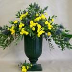 Eryngium ou panicaut avec des petits chrysanthèmes jaunes qui rappellent le mimosa du printemps.