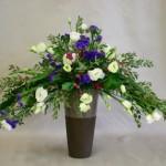 Eucalyptus, lysianthus, statice violet et baies roses de symphorine pour un bouquet de longue durée.