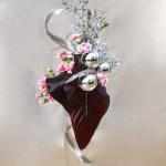 Les différents éléments mettent en valeur les feuilles d'anthurium chocolat.
