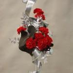 Rouge tradition des oeillets composent décor de fête équilibré.