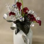 Les rubans de métal rappellent les stries de l'opulent vase blanc.